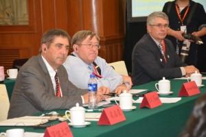 (左起) 美国大豆基金会董事毕威廉,美国大豆协会会长魏谨思,美国大豆出口协会主席芈乐